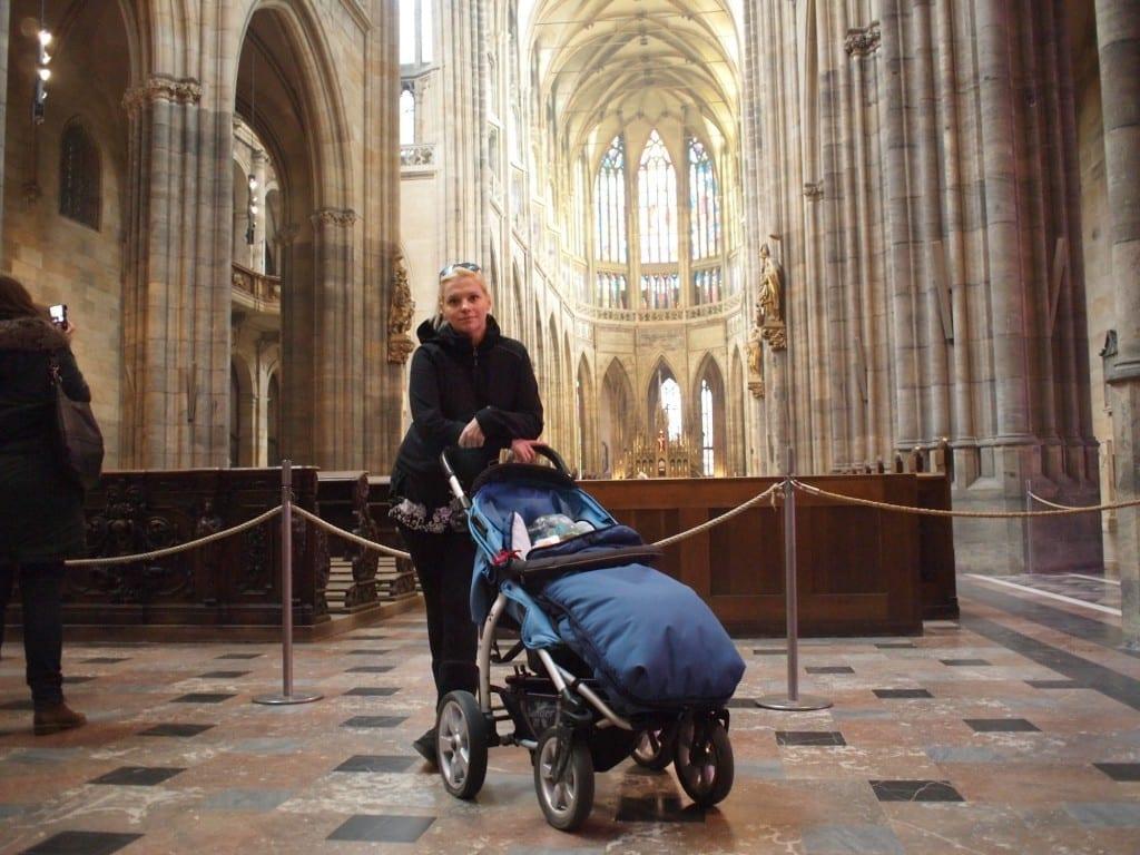 zwiedzać kościoły (Katedra św. Wita w Pradze)...