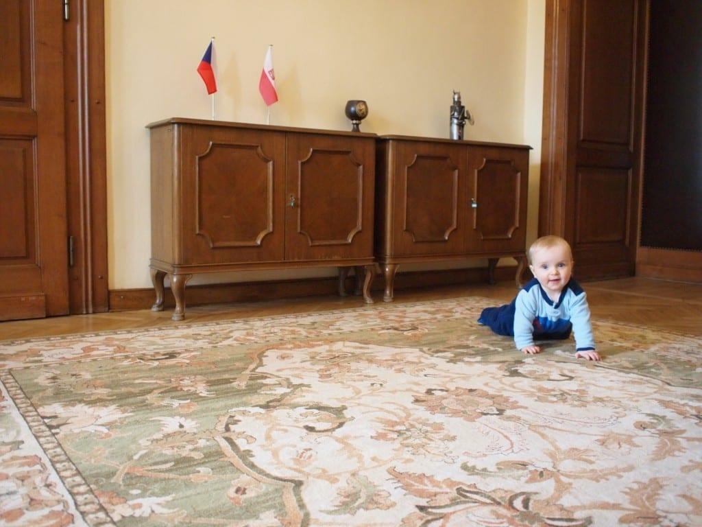 ...a nawet w ambasadzie, gdzie Chrucz czuje się jakby urodził się dyplomatą.