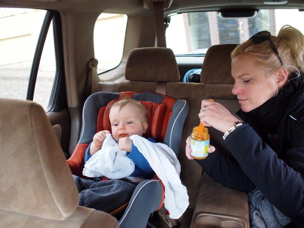 W drodze lubi próbować regionalnych dań ze słoiczków dla dzieci.