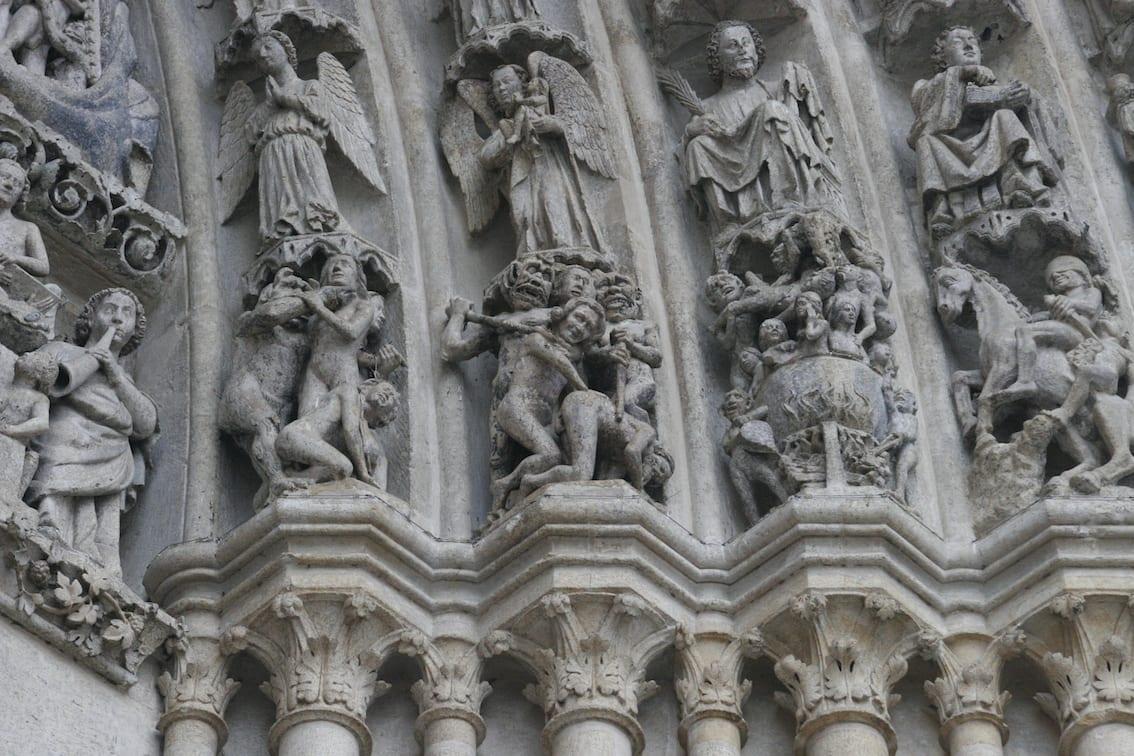 Fascynujące i budzące grozę detale katedry w Amiens