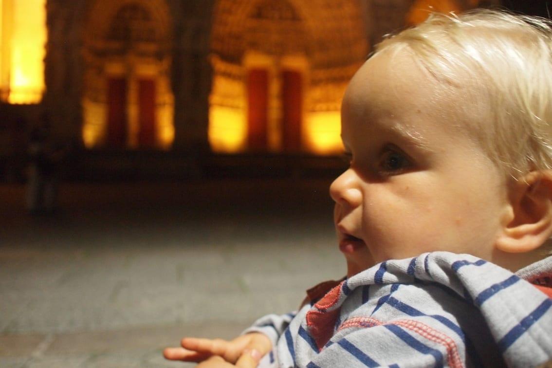 Chrucz czeka na pokaz przed katedrą w Amiens