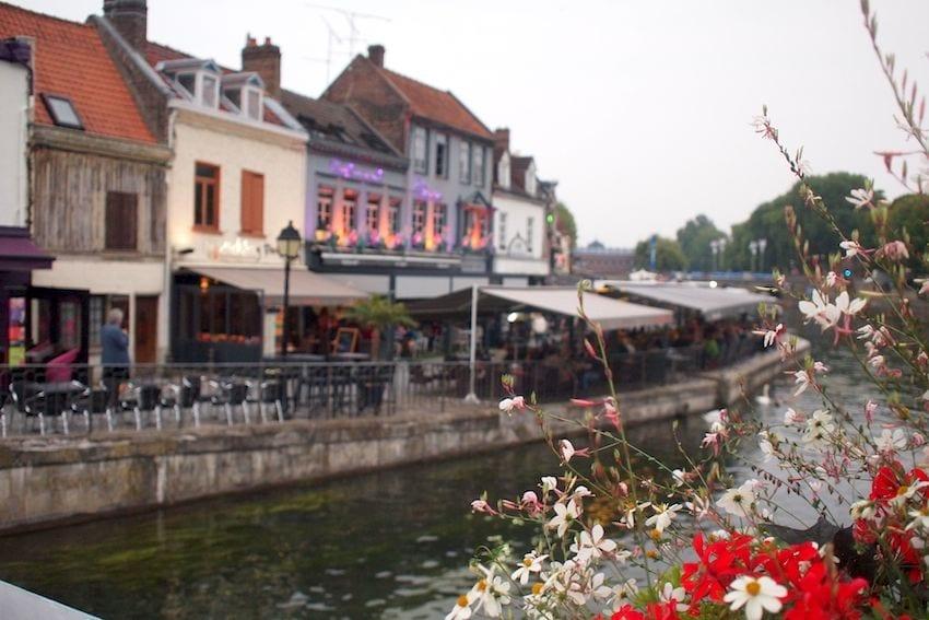 Dzielnica małych knajpek i dobrego jedzenia w miłej atmosferze.