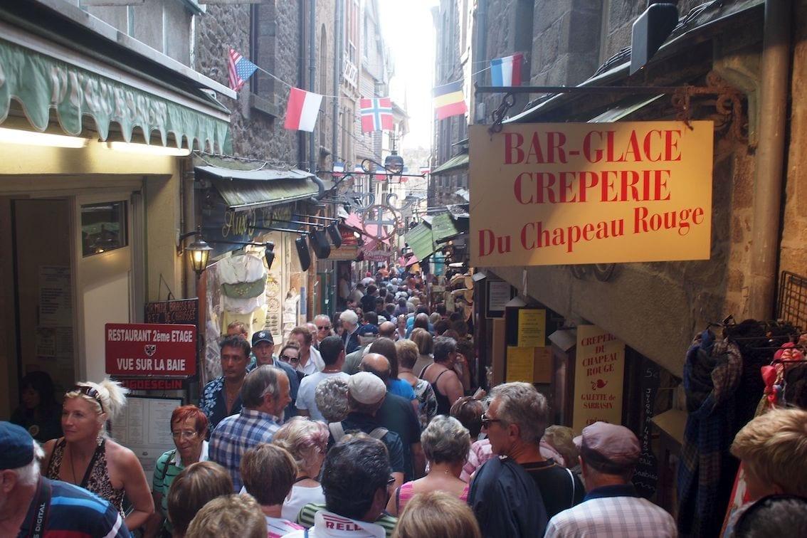 Tłum na Grand'Rue w Mont Saint Michel. Poza sezonem!