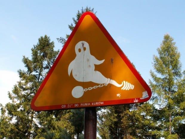 Znak ostrzegawczy przed zamkiem w Niedzicy