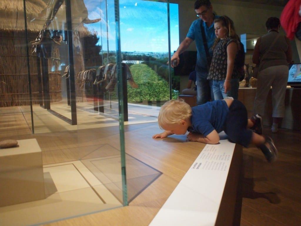 Muzeum w starym porcie w Marsylii. Dwie dorosłe osoby nie były w stanie okiełznać rocznego dziecka.