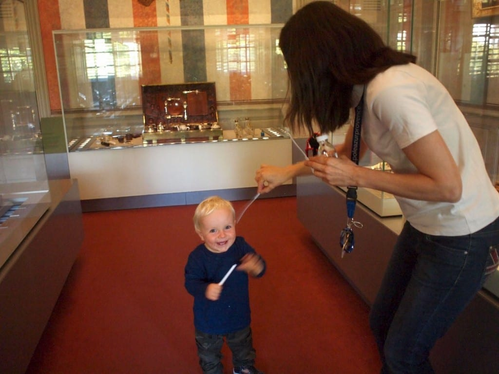 Chruczek z entuzjazmem kolekcjonuje papierki do wąchania w Muzeum Perfum.