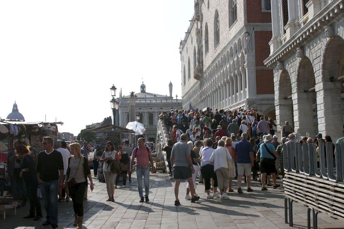 To mamy na myśli mówiąc o tłoku w miejscach turystycznych w Wenecji.