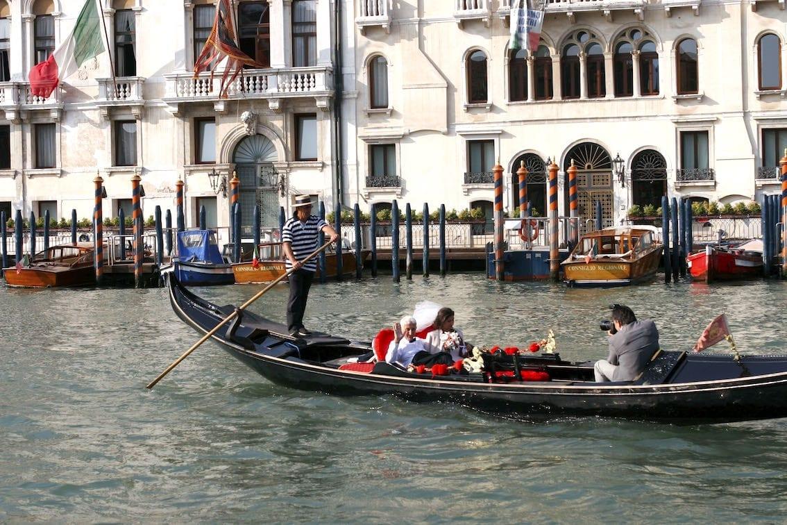 Gondola to idealny środek transportu dla nowożeńców. Na wodzie udzielane są także śluby.