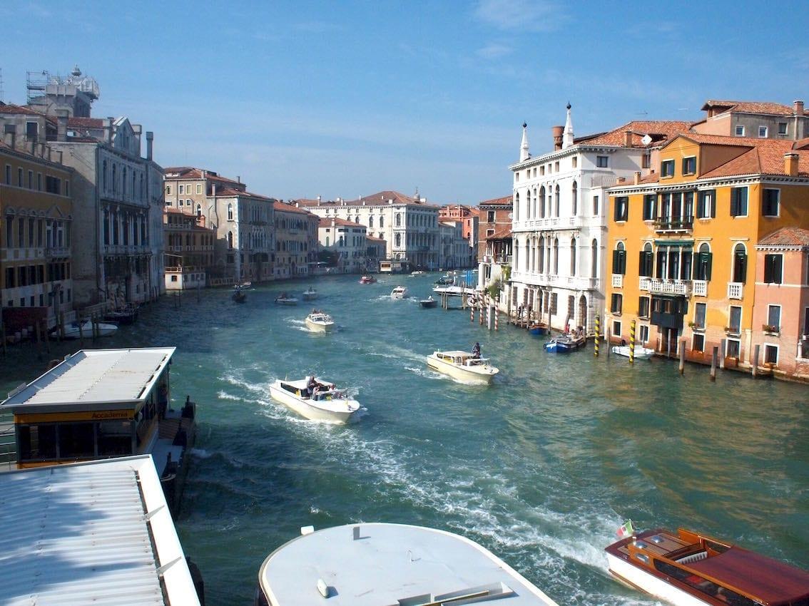 Przystanek tramwaju wodnego Vaporetto i Canale Grande.