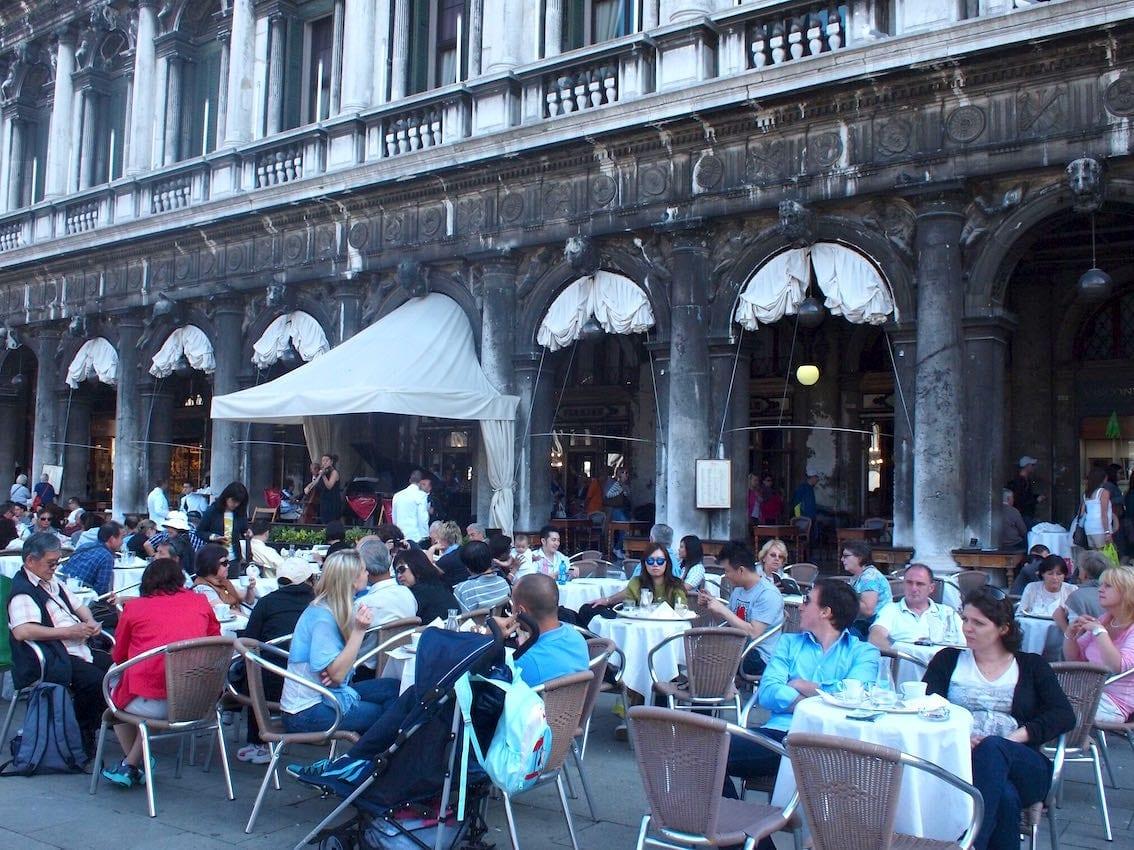 Turystyczna kawiarnia z muzyką na żywo przy Piazza di San Marco.