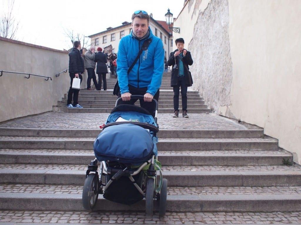 Schodzimy z Hradczan. Z wózkiem nie jest łatwo.