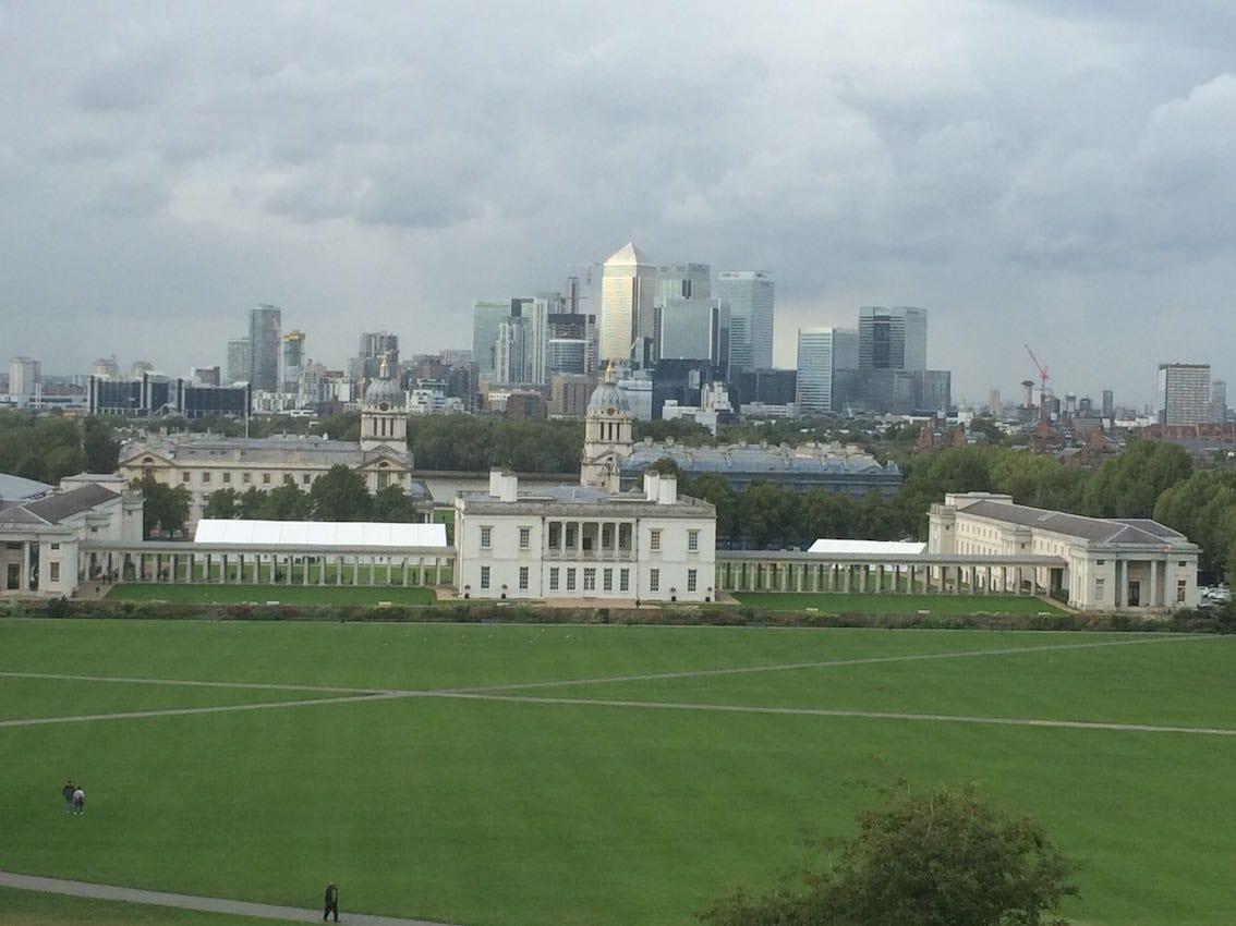 Tu w Greenwich Londyn sprawdza czas.
