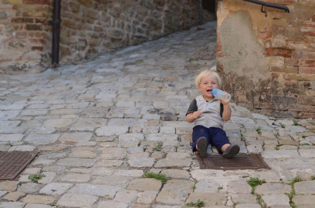Kręte, wąskie uliczki Montedinove – idealne, by przysiąść i podziwiać widoki