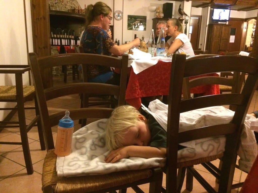 Synek zasnął na prowizorycznym posłaniu, a włoski wieczór toczy się dalej.