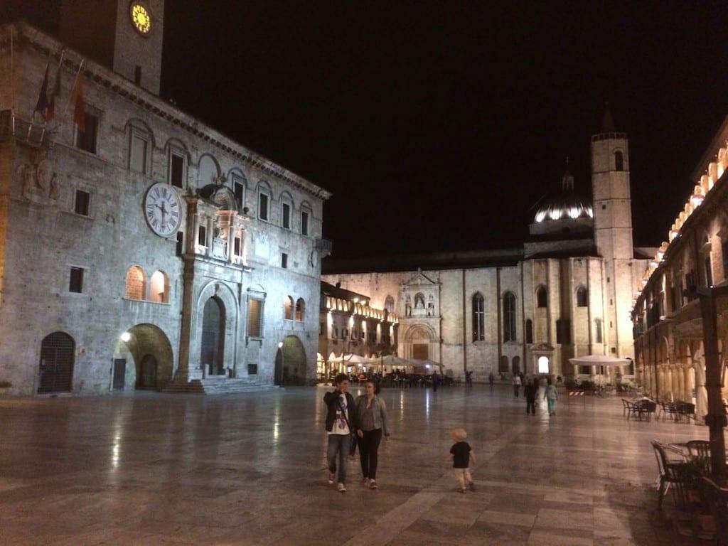 Piazza w Ascoli Piceno –stolicy regionu. Trawertynowe płyty lśniły, jak lustro.