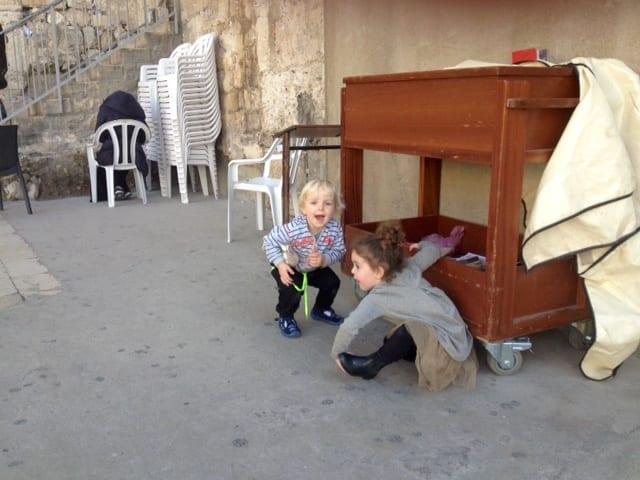 Chruczek bawi się z żydowską dziewczynką.