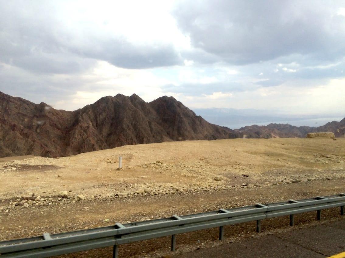 Z lotniska Ovda do Eilatu jedzie się ok. godzinę przez pustynię.