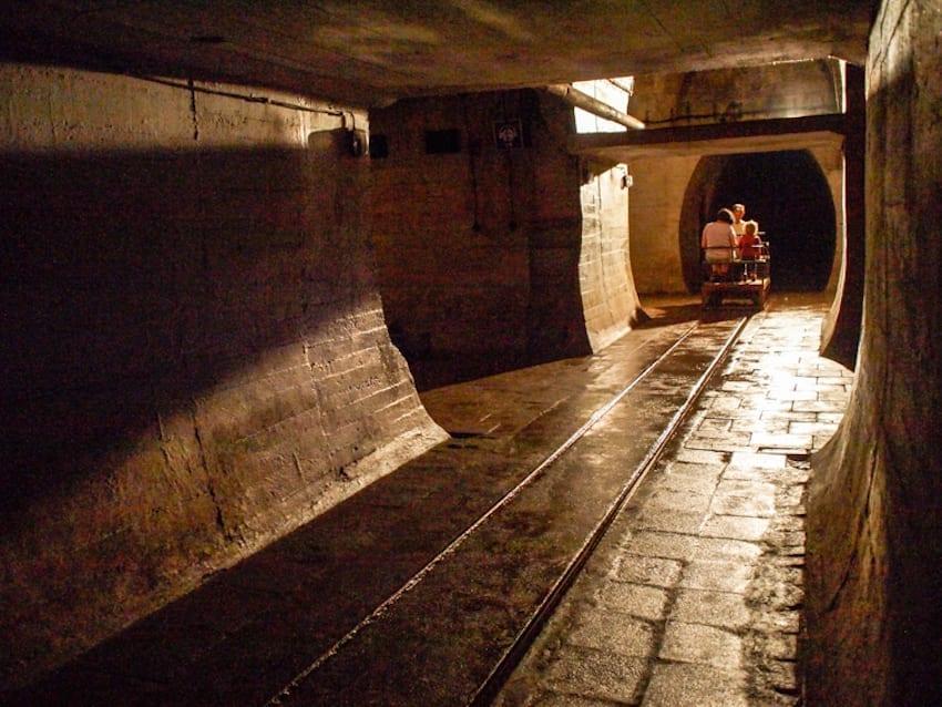 W wielu miejscach zamaskowane wejścia pozwalały wjeżdżać pod ziemię nawet pociągom. Gdzie są skarby Berlina schowane tu w 1944 roku?