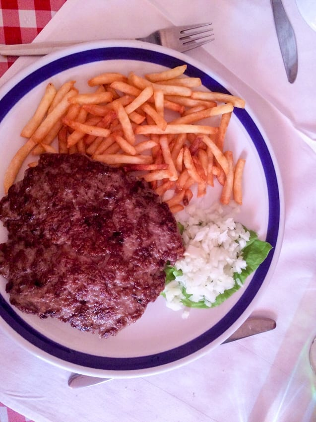 Pleskawjica, czyli burger po serbsku.