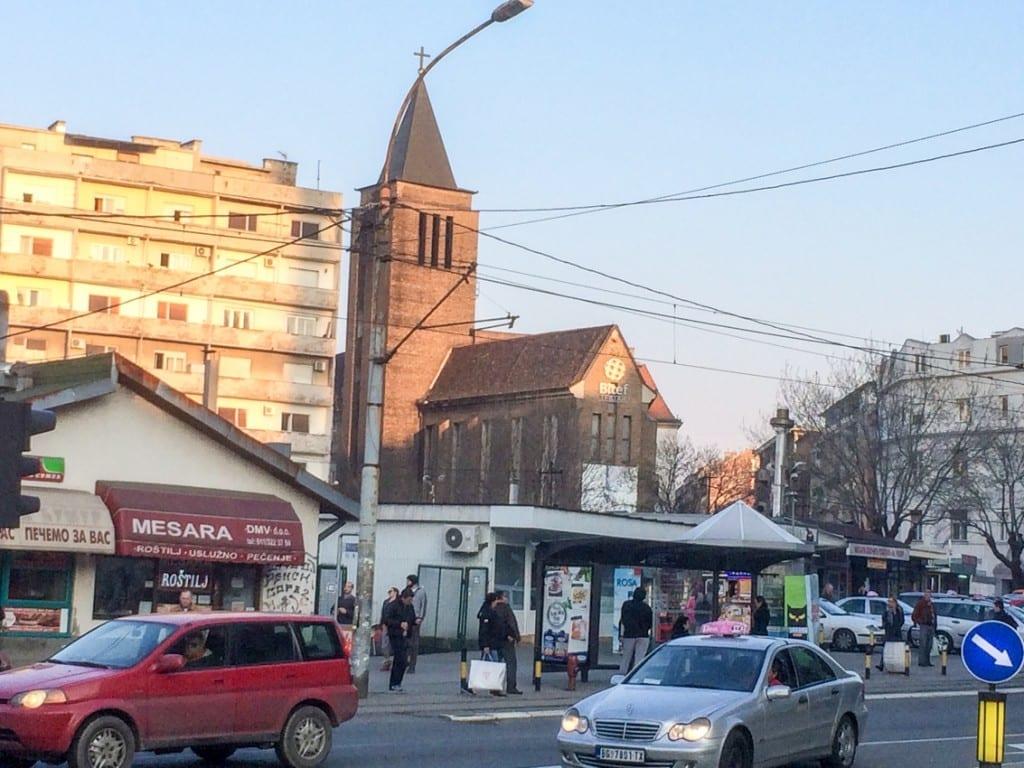 Znak czasów – to nie kościół, tylko jeden z belgradzkich teatrów...