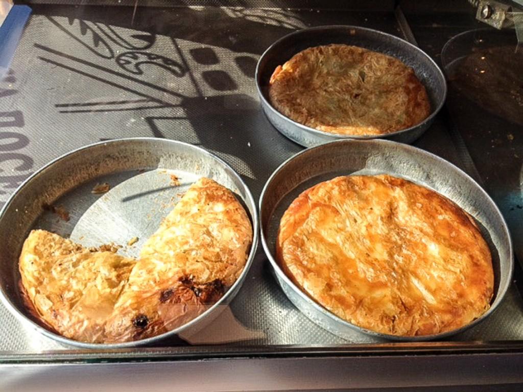 Belgradzki przysmak w piekarni – jeszcze ciepłe burki z serem i z mięsem.