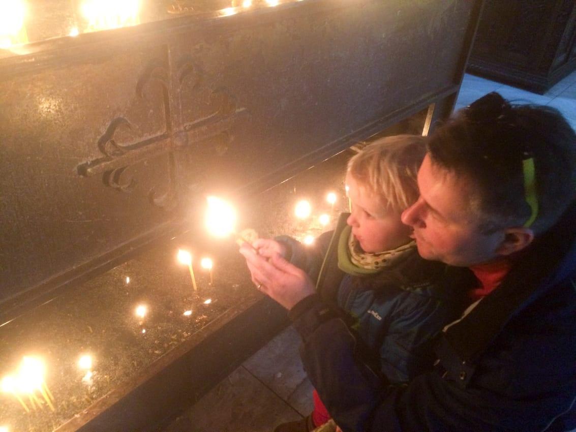 Chruczek uwielbia zapalać świeczki w cerkwii.