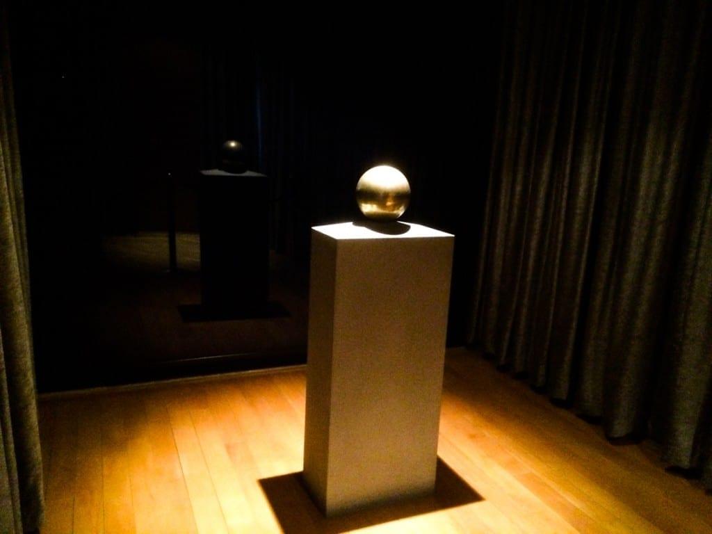Prochy genialnego wynalazcy w sferycznej urnie w jego muzeum.