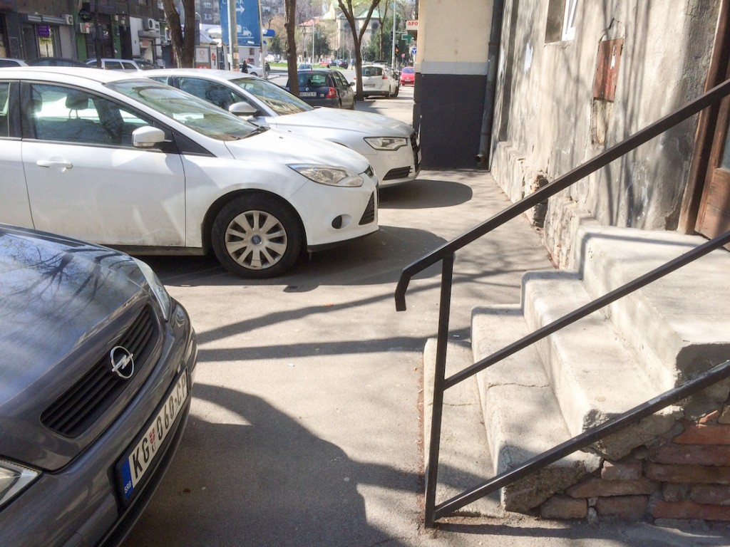 Parkowanie w Belgradzie. Z wózkiem trzeba zejść na ulicę.