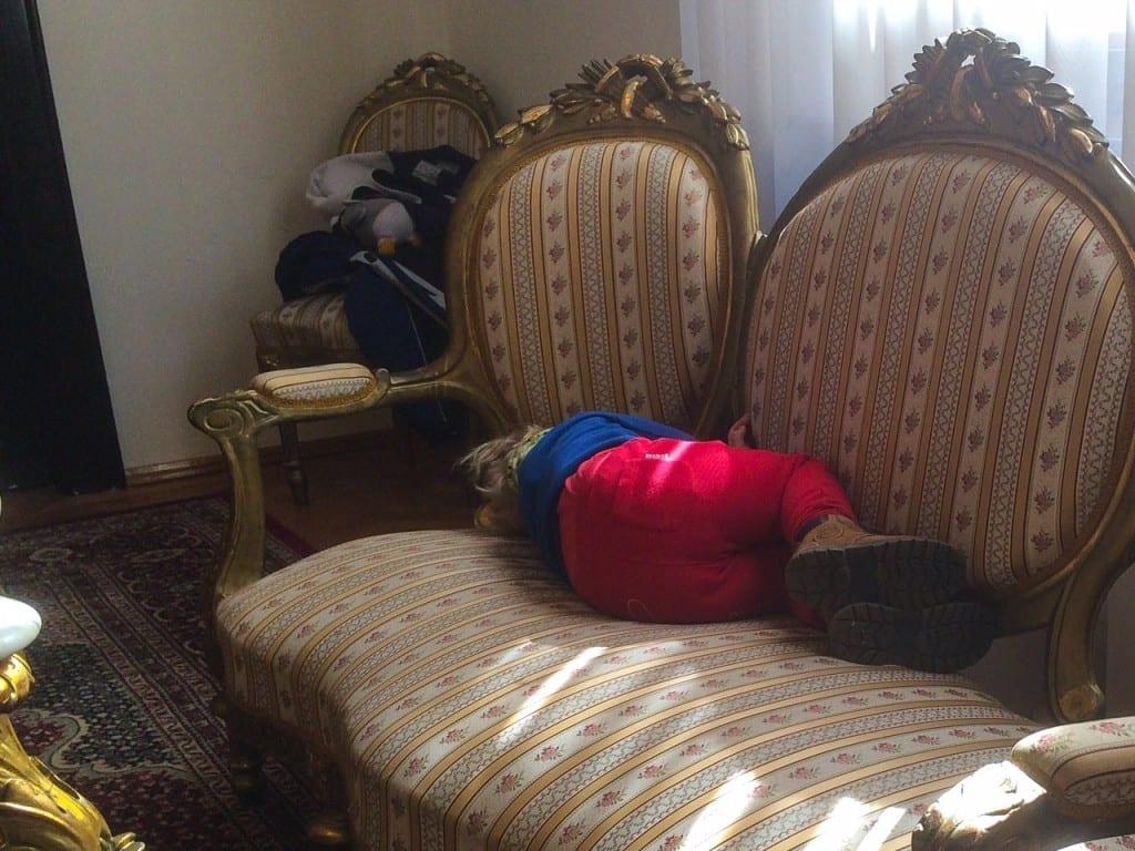 W Ambasadzie RP. Chruczek akurat miał porę drzemki.