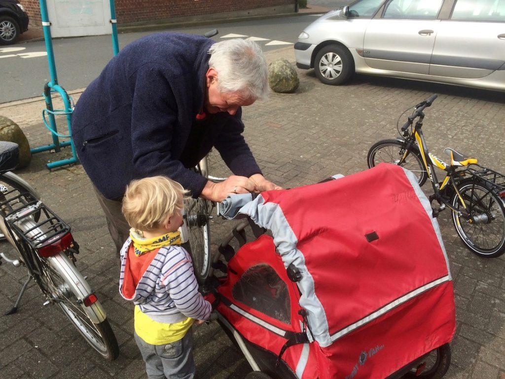 Miły pan przykręcił Chruczkowi przyczepkę i nauczył go pierwszego niemieckiego słowa: Fahrrad.