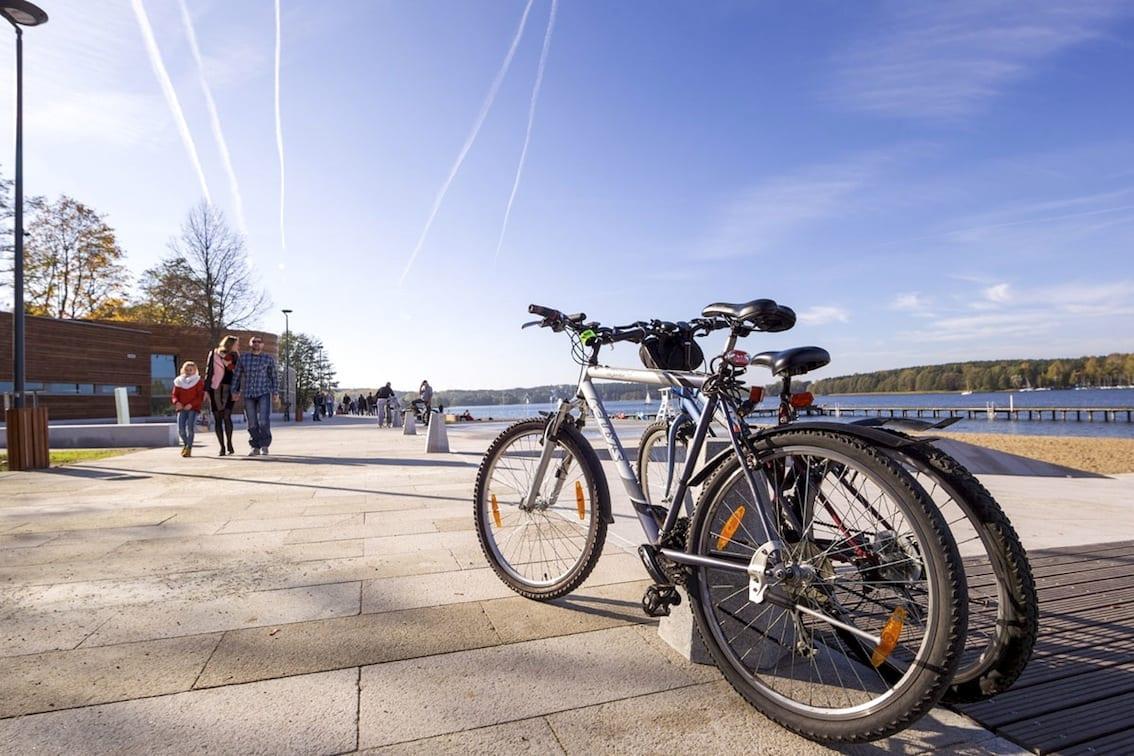 Nad jeziorem Ukiel są szerokie trasy rowerowe i deptak.
