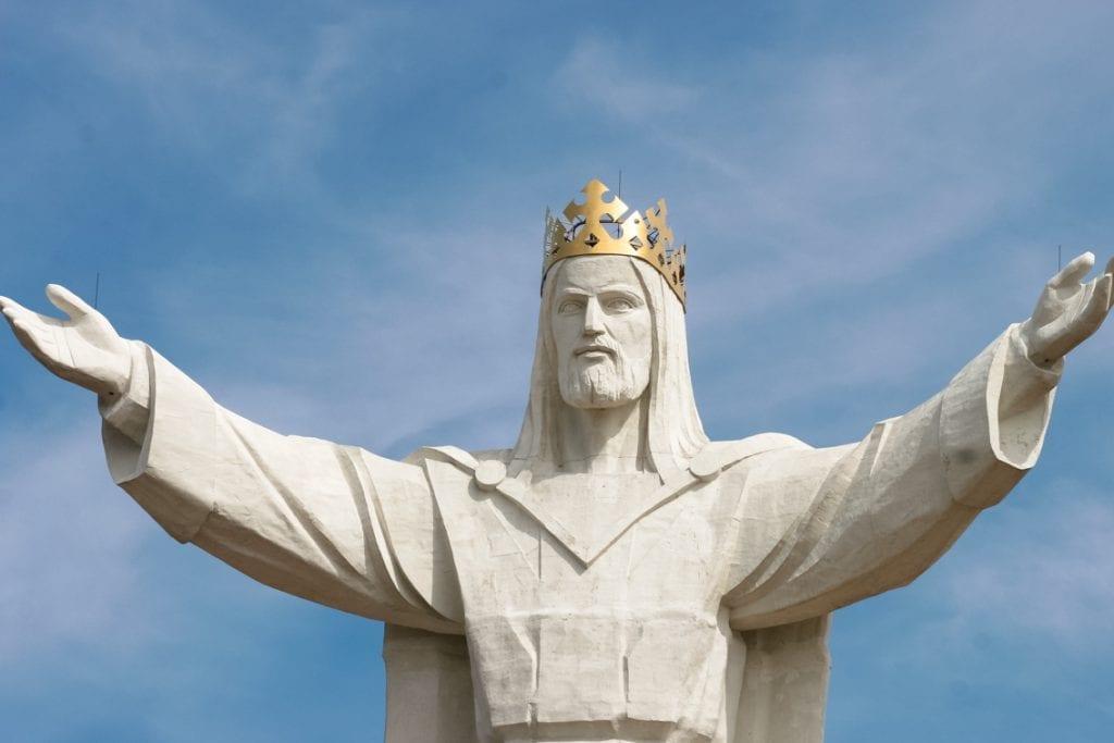 Wielka figura Chrystusa w złotej koronie góruje nad zachodnią Polską.