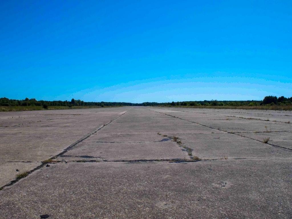 Lotnisko Luftwaffe i Armii Czerwonej. A dziś pusty plac do kręcenia ósemek samochodem.