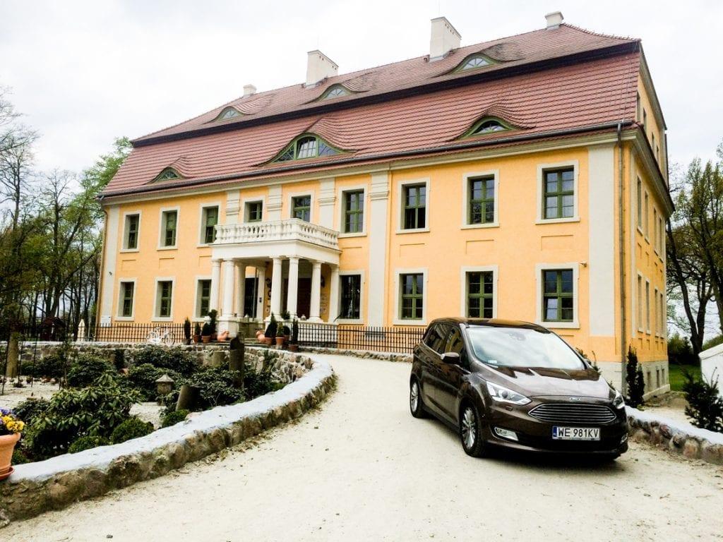Klasycystyczna fasada pałacu została z pietyzmem odrestaurowana zaledwie kilka lat temu.