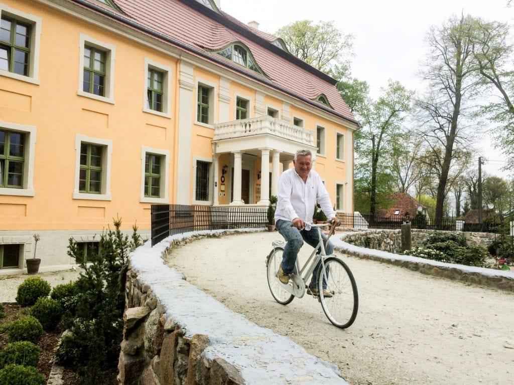 Właściciel pałacu – Zbigniew Czmuda mknie do położonej nieopodal winnicy.