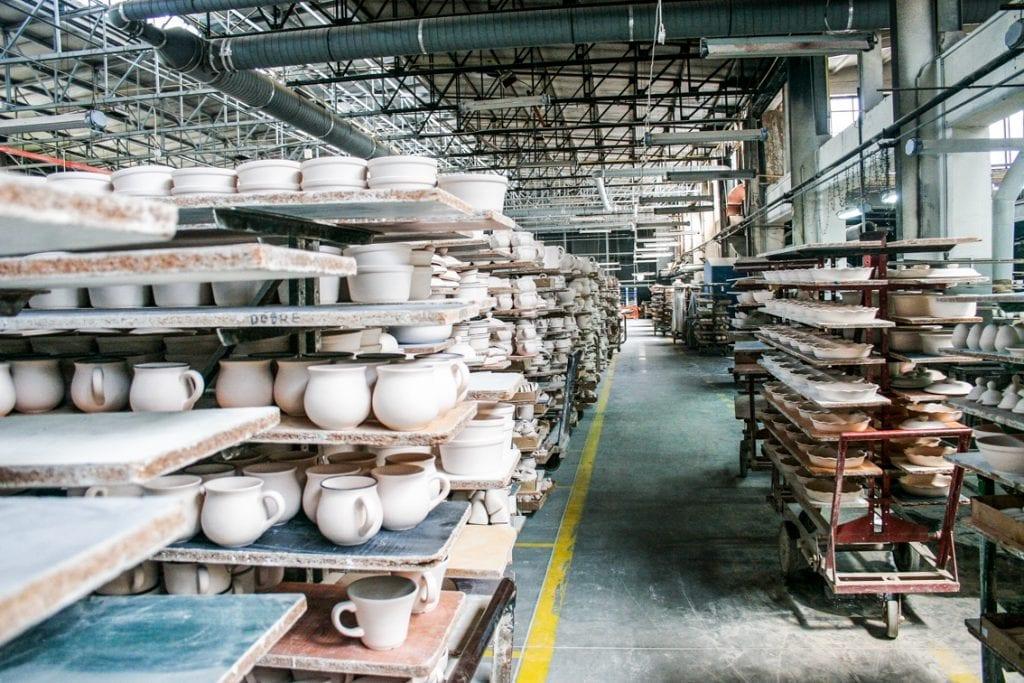 W tej hali powstaje słynna bolesławiecka ceramika.