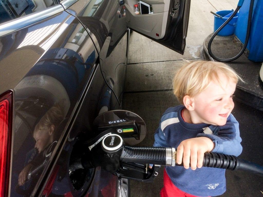 Tankowanie na stacji benzynowej – Chruczek jest szczęśliwy i dumny.