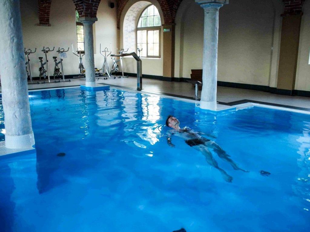 Sergiusz relaksuje się nie przemęczając siępływaniem.