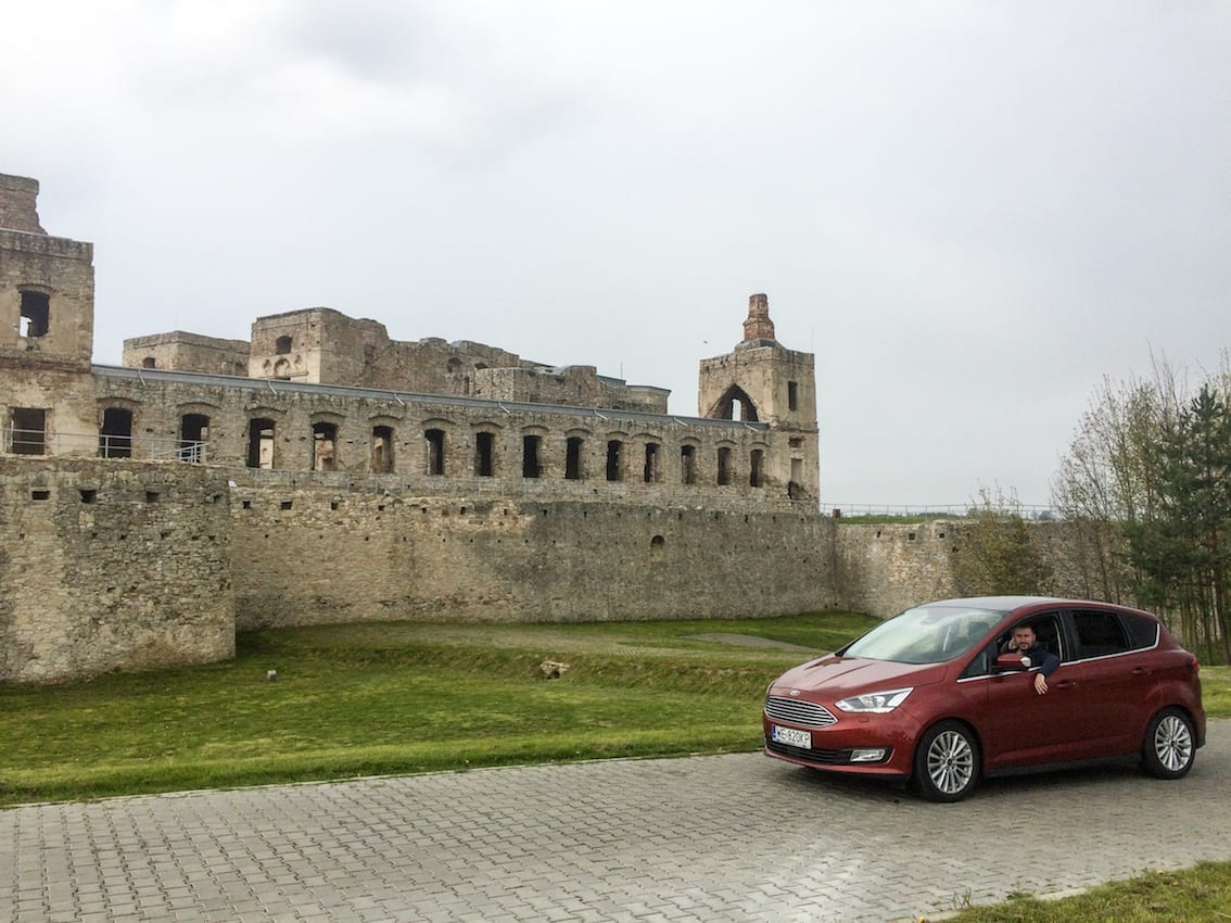 Ford C-MAX pozuje dumnie przed zamkiem Krzyżtopór.