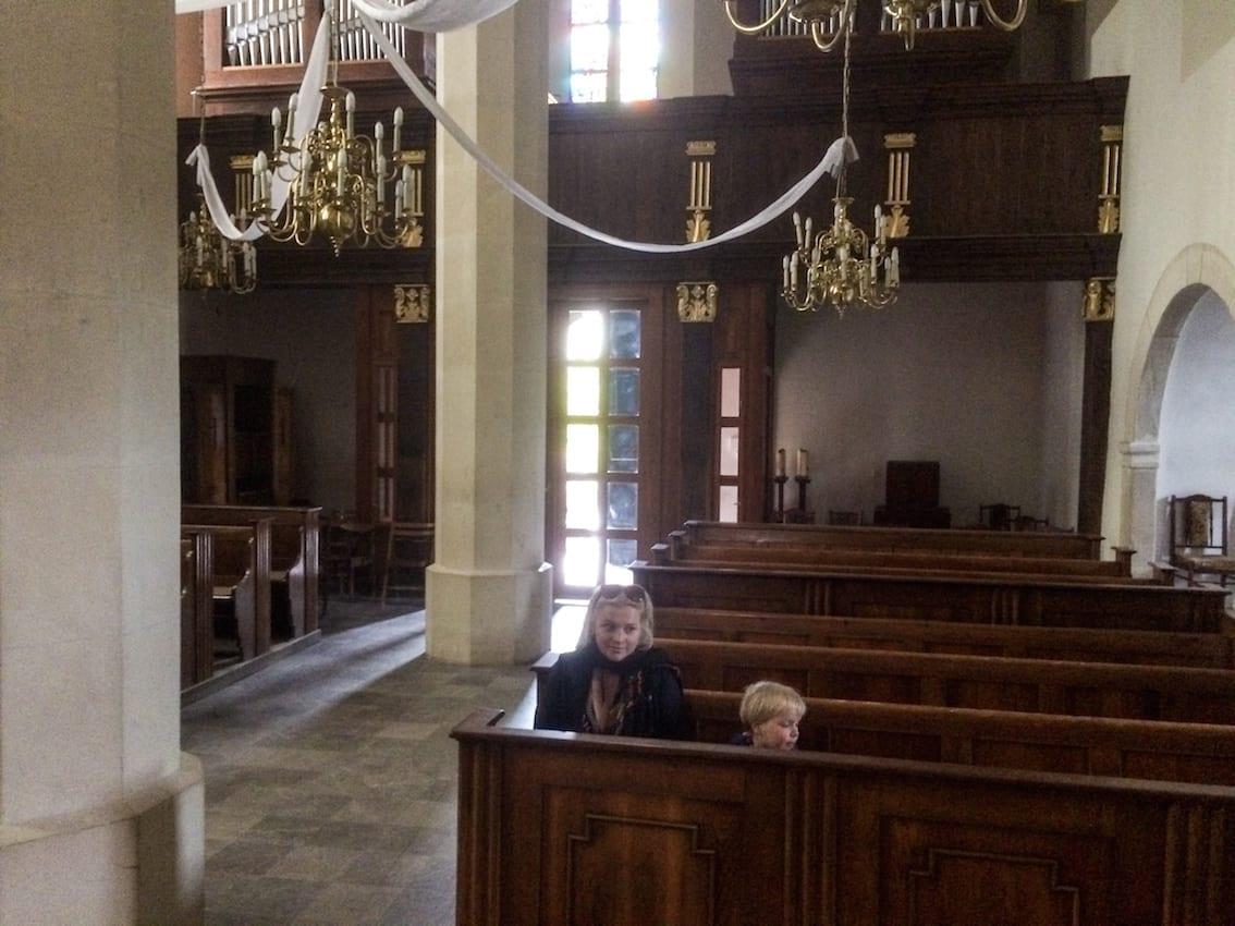 """Kościół ze słynnej """"serii baryczkowskiej"""" jest dwunawowy, czyli wchodząc zamiast podziwiać ołtarz, wpada się na filar."""