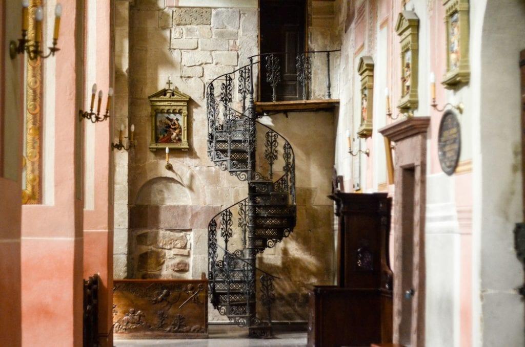 Schody na kazalnicę, których nie powstydziłaby się najwspanialsza francuska katedra.