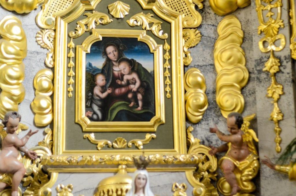 Czy to aby nie obraz Leonardo da Vinci? Krytycy są przekonani, że Madonnę z małym Jezusem i świętym Janem namalował Timoteo Viti, nauczyciel wielkiego Rafaela Santi, ale to ten sam okres, w którym działał Leonardo, więc może...