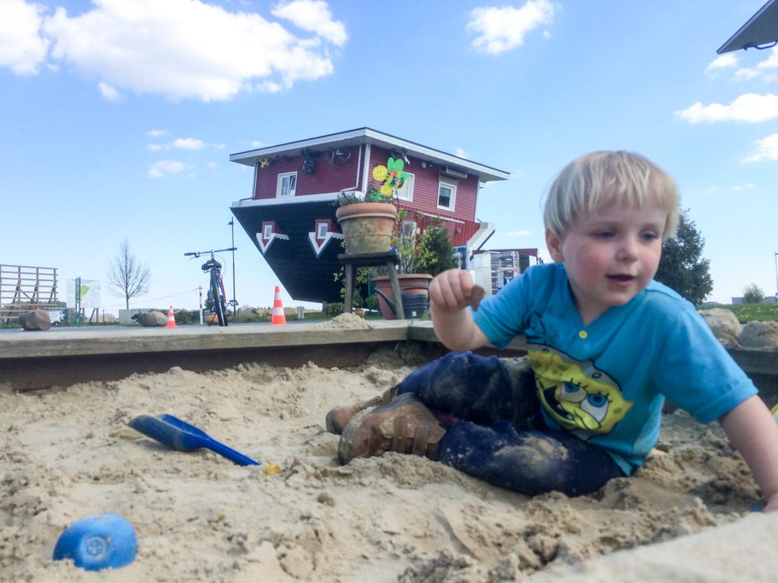 Dom to największa atrakcja dla młodzieży. Chruczek docenił za to całkiem zwyczajną piaskownicę nieopodal domu.