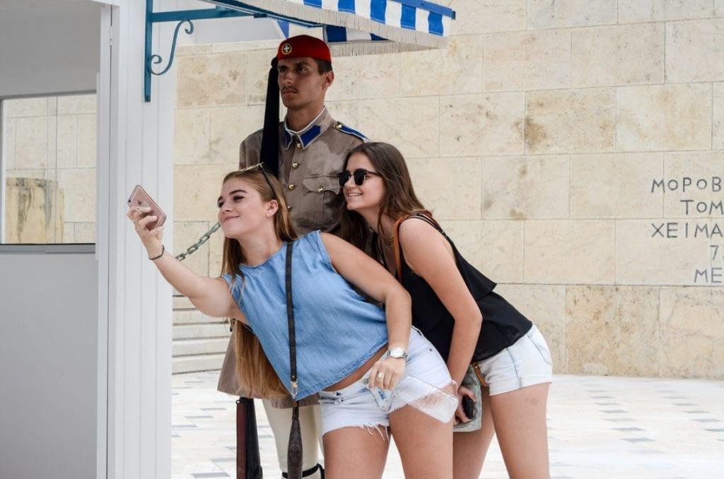 Selfie ze strażnikiem grobu Nieznanego Żołnierza. Naszym zdaniem, nieco kontrowersyjna pamiątka z Grecji.