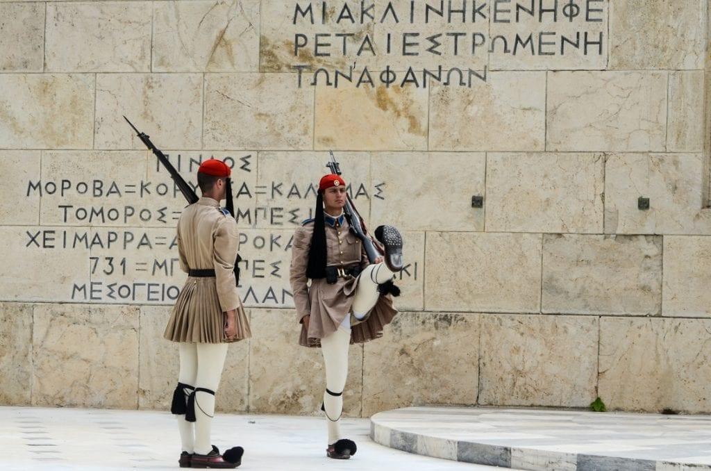 Słynny krok defiladowy greckiej armii. Żołnierz pokazuje podkute buty.