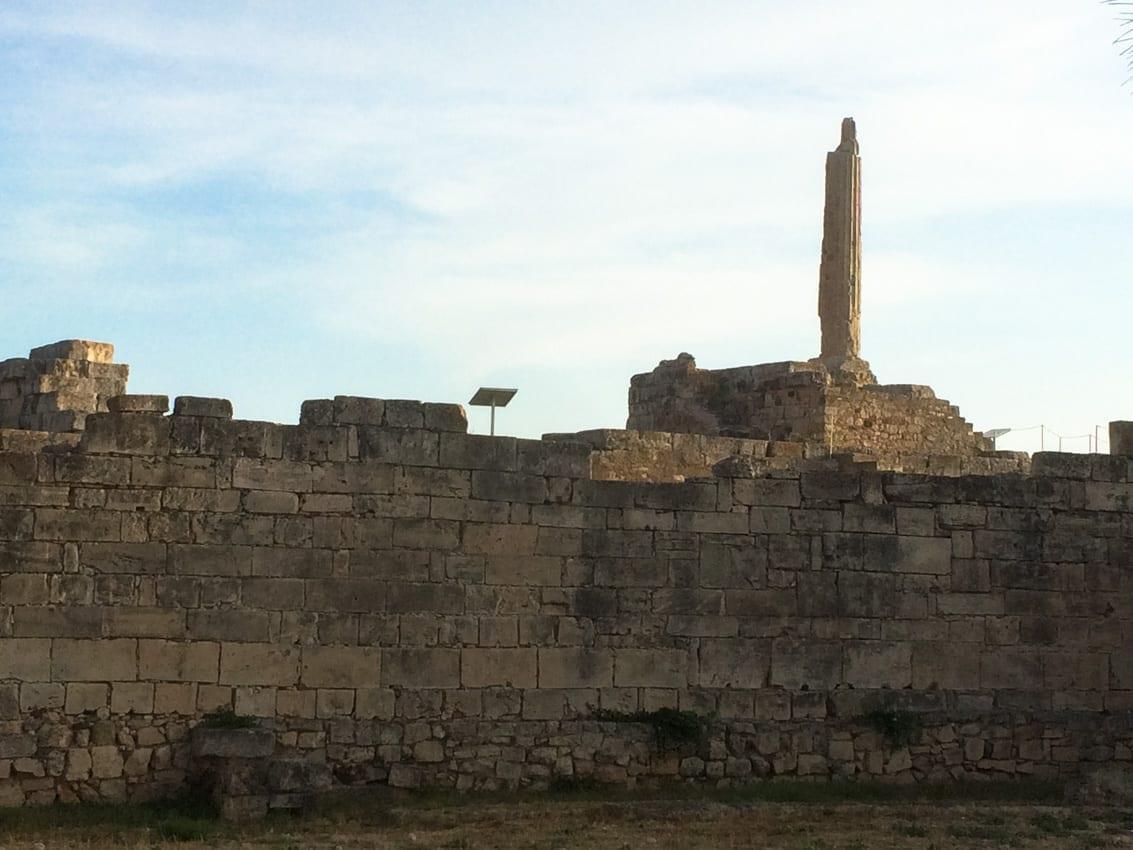 Ruiny dawnej Eginy są tuż obok współczesnego portu