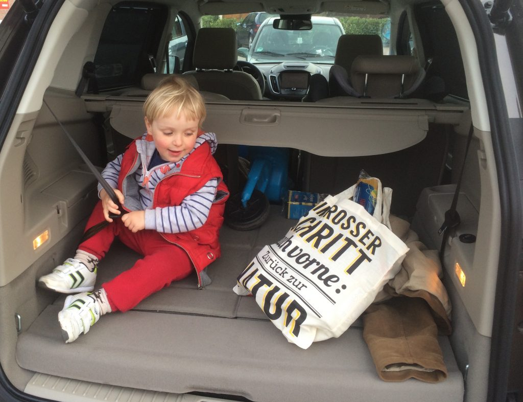 Wracamy do domu, a Chruczek nie chce się rozstać z autem i chętnie zajmuje miejsce wypakowanych bagaży.