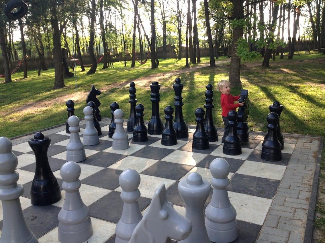 I gra w szachy na placu zabaw.