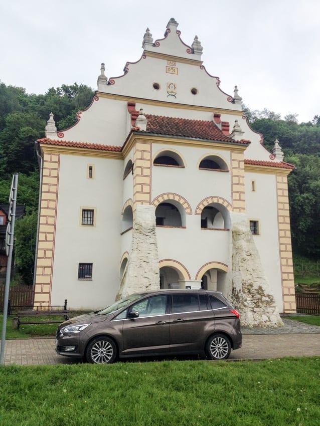 Imponujące attyki budowli w Kazimierzu.