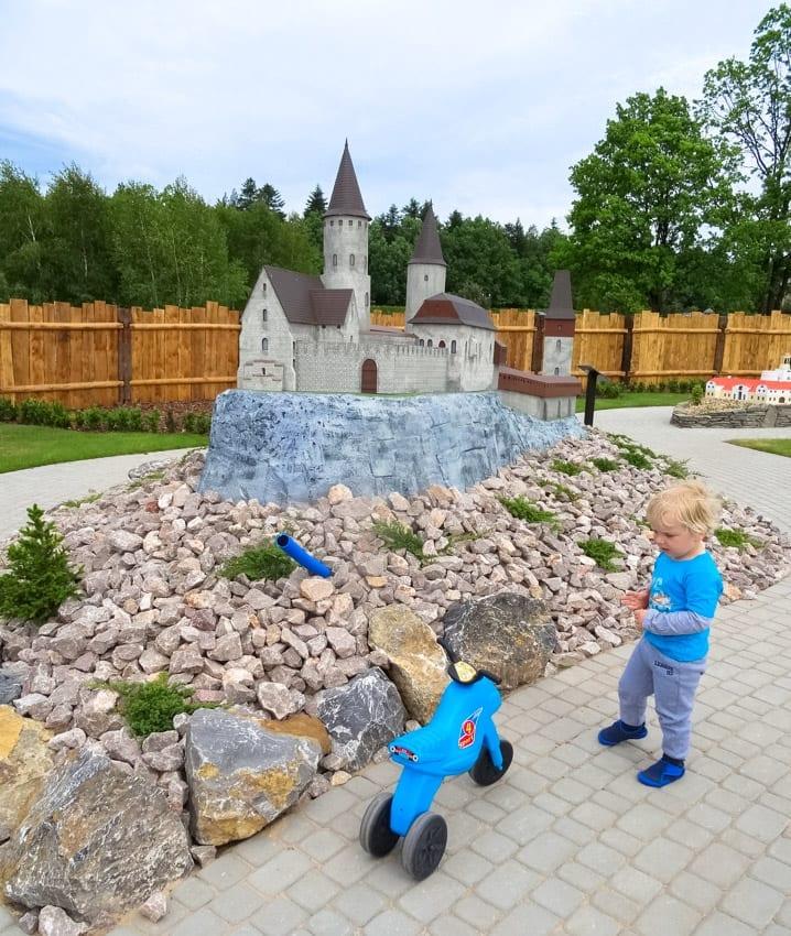 Nasz synek zwiedza Park Miniatur Świętokrzyskich.